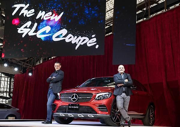 台灣賓士總裁邁爾肯(左)、轎車行銷業務處副總裁何睿思(右)與全新Mercedes-AMG GLC 43 4MATIC Coupe合影