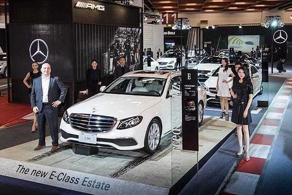 台灣賓士轎車行銷業務部副總裁何睿思親手揭開全新E-Class Estate