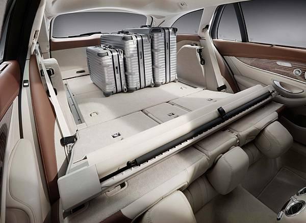 全新E-Class Estate擁有傲視同級的置物空間,搭載Easy-Pack電動啟閉尾門,最大空間更達1820公升的驚人程度