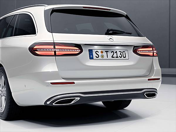 全新E-Class Estate車尾以雙排氣鍍鉻尾飾管,及俐落鈑件造型增添率性動感元素