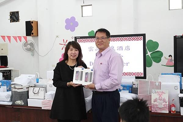 雲品溫泉酒店總經理陳惠慈與地利校長鄭佳昇