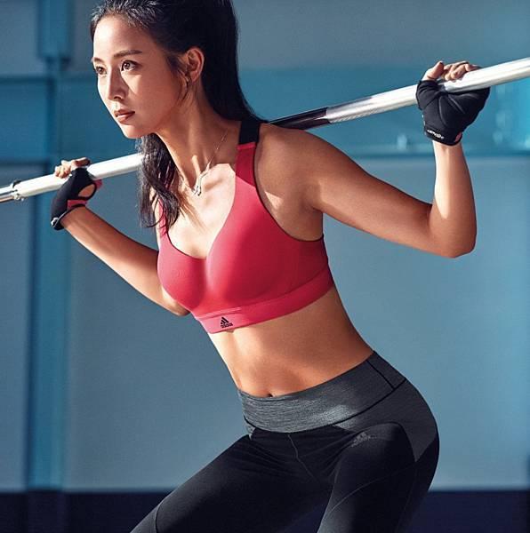 2.adidas 2017全新女子訓練系列服飾,採用CLIMACHILL 3D鋁合金凍涼粒子與CLIMALITE 吸濕排汗機能布種,1月20日全台上市。