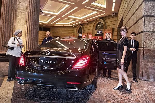 蜜拉·喬娃維琪與保羅·安德森搭乘Mercedes-Benz S 400 L從下榻的文華東方出發,前往電影首映會現場。
