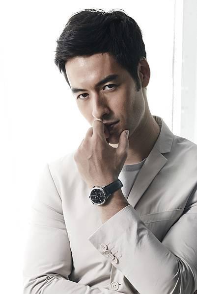 圖一 名模Tyler配戴力洛克系列規範指針男款腕錶