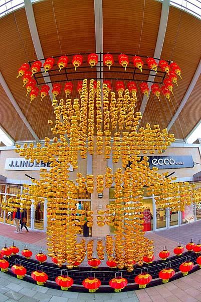 """華泰名品城的『春來元寶燈籠掛飾』,上千顆金元寶組成的""""春""""字象徵各式吉祥意象"""