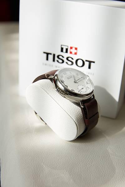 圖三 天梭1936經典復刻男款腕錶 錶圈側刻上「1+1 = 3」