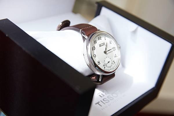 圖四 天梭1936經典復刻男款腕錶 錶圈側刻上「1+1 = 3」