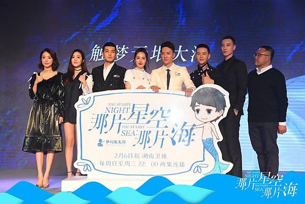 1. 王陽明(右2)穿著Ermenegildo Zegna Couture 2017春夏系列西裝與同劇演員出席「那片星空那片海」電視首播記者會