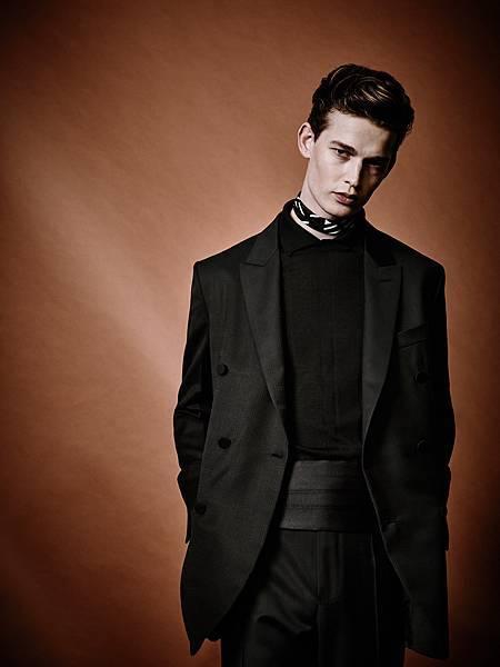 3. 王陽明穿著的黑色輕薄羊毛雙排釦西裝與黑色羊絨及真絲針織衫細節( EZ_SS17_LOOK_29 )