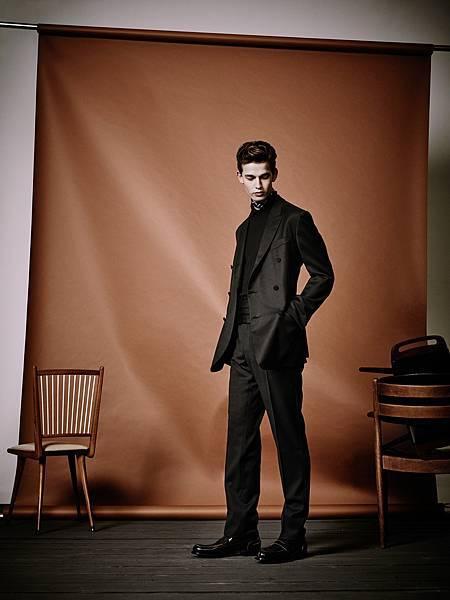 4. 王陽明穿著的黑色輕薄羊毛雙排釦西裝、黑色羊絨及真絲針織衫及經典樂福鞋細節( EZ_SS17_LOOK_29 )