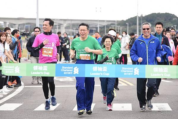 (由左至右) 渣打銀行總經理陳銘僑、臺北市長柯文哲、台北市視障家長協會理事長王晴紋與中華民國路跑協會理事長曹爾忠,完成「2017臺北渣打公益馬拉松」2K領袖盃。