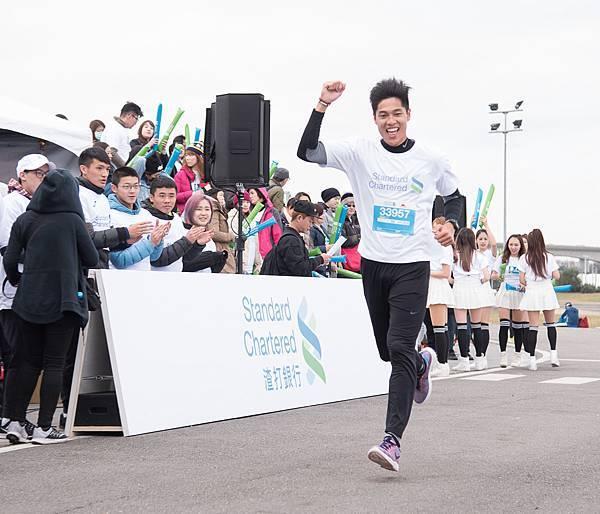 世大運國手陳傑領跑「2017臺北渣打公益馬拉松」3公里休閒組,陳傑輕鬆完賽,同時也為世大運賽事暖身。