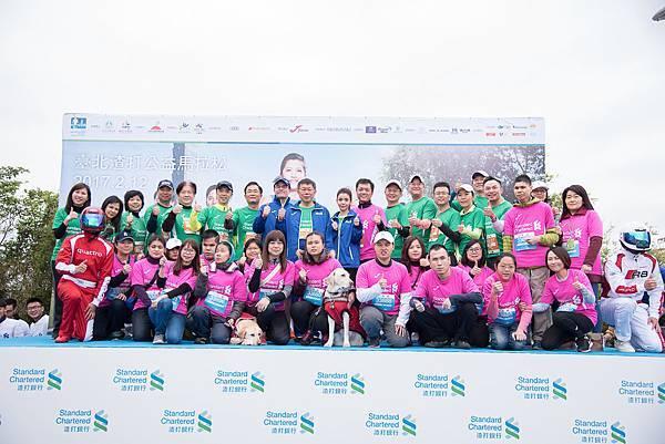 渣打銀行總經理陳銘僑、臺北市長柯文哲、藝人李毓芬與視障跑者們一同合影,為視障跑者加油!