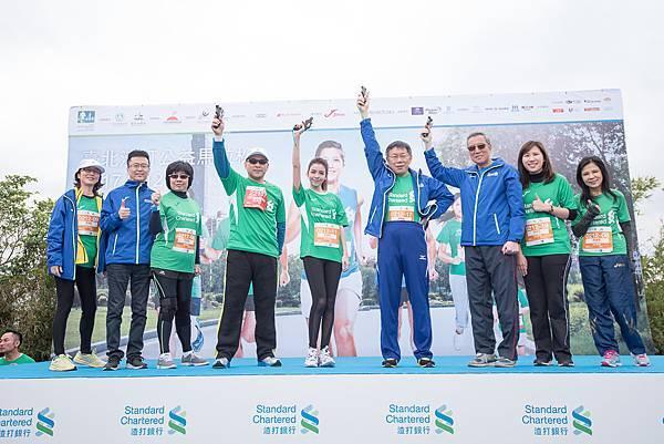 (由左至右)金管會副主委鄭貞茂、藝人李毓芬、臺北市長柯文哲與中華路跑協會理事長曹爾忠,為3公里休閒組鳴槍。