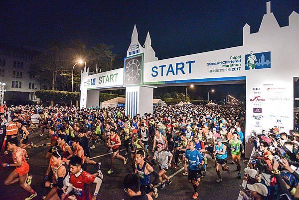 「2017臺北渣打公益馬拉松」,今年共有來自38個國家,近30,000名跑者參賽,為首場新春賽事增添熱鬧氣氛!