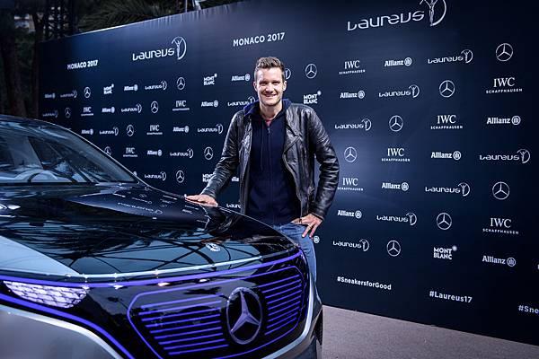 勞倫斯品牌大使Jan Frodeno與Mercedes Concept EQ開心合影。