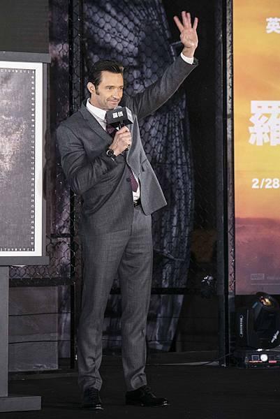 休傑克曼配戴萬寶龍TimeWalker時光行者系列兩地時間腕錶為電影《羅根》作宣傳,展現男仕魅力