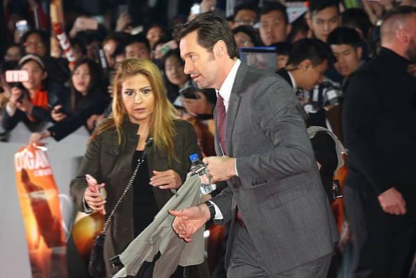金鋼狼休傑克曼(Hugh Jackman)現身台北101,出席亞洲首映 秀中文、狂自拍展現巨星親民架勢-2