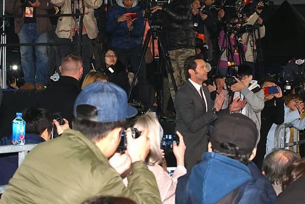 金鋼狼休傑克曼(Hugh Jackman)現身台北101,出席亞洲首映 秀中文、狂自拍展現巨星親民架勢-1