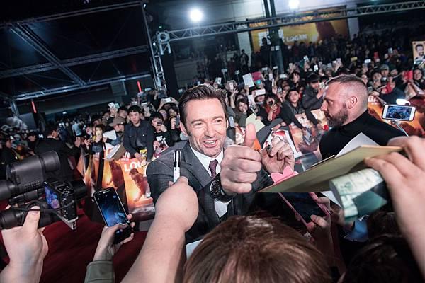 《羅根》電影首映會於台北101 水舞廣場舉行,吸引大批民眾前來目睹巨星風采。