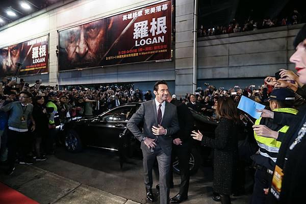 休·傑克曼從Mercedes-Benz S-Class後座登場,踏上星光大道紅毯,一路迎接影迷們的熱列歡迎。