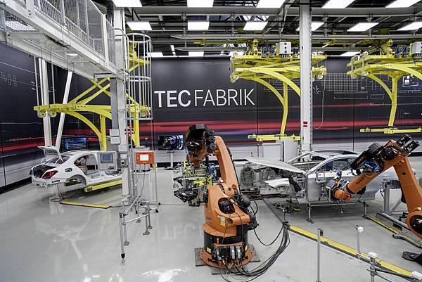 對於Mercedes-Benz而言,工業4.0是從研發、採購、生產、行銷、銷售到售後服務等價值鏈完整數位化,串接人、機器與工業流程,發揮最三者合一的最大潛能
