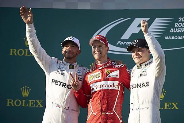 MERCEDES AMG PETRONAS車隊開幕戰便攻佔頒獎台兩個席次,Lewis Hamilton(左)與隊友Valtteri Bottas...