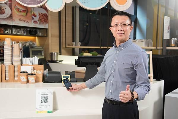 國泰世華銀行為卡友帶來Apple Pay,由國泰世華銀行信用卡暨新興金融總管理處副總鄭有欽親自示範使用。