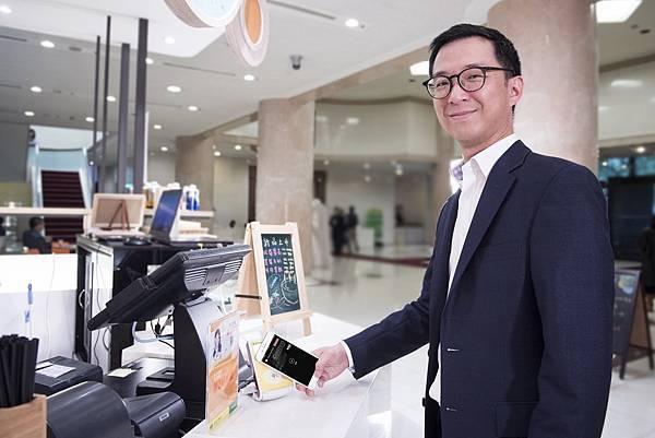 圖說1:國泰世華銀行副董事長蔡宗翰率先體驗Apple Pay,親自了解使用情況與流暢度。