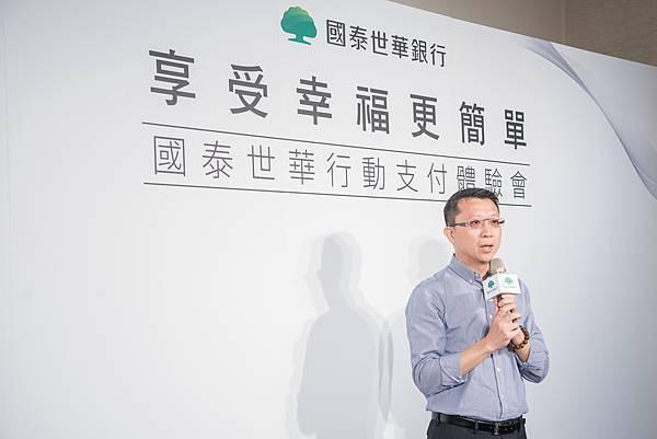 國泰世華銀行信用卡暨新興金融總管理處副總鄭有欽現場體驗Apple Pay,宣布行動支付新風潮即將席捲全台。
