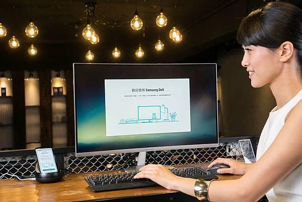 Samsung DeX行動工作站輕鬆連結螢幕,手機立即變電腦