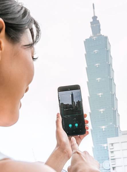 Bixby圖像辨識:開啟相機並按下Bixby按鈕,並拍下地標,即可透過圖像完成景點辨識