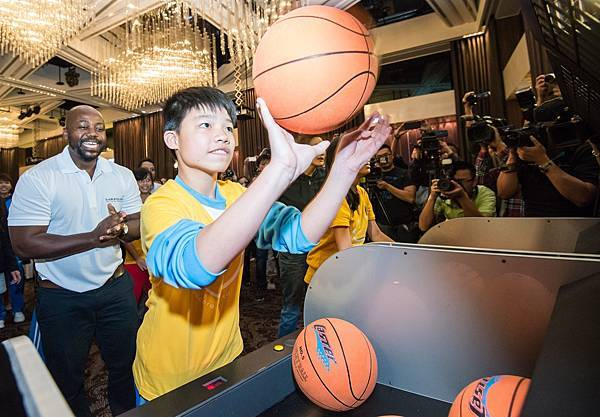 勞倫斯基金會深信體育具有改變世界的能力,並由優秀的體育志工擔任駐地勞倫斯大使與兒童及青少年分享自身經驗,鼓勵弱勢訂定人生目標、充實自我。