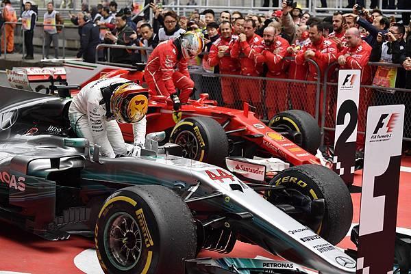 MERCEDES AMG PETRONAS與Scuderia Ferrari兩車隊的競爭堪稱本次賽事焦點,最終Lewis Hamilton技壓Sebastian Vettel贏得勝利