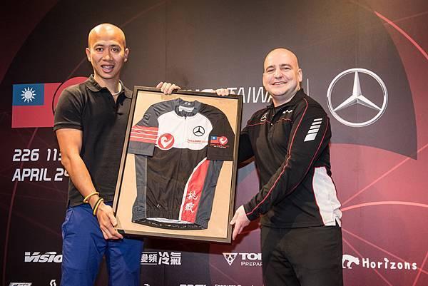 Challenge Taiwan常務董事Jovi(左)致贈台灣賓士轎車行銷業務處副總裁何睿思(右)Challenge Taiwan紀念車衣