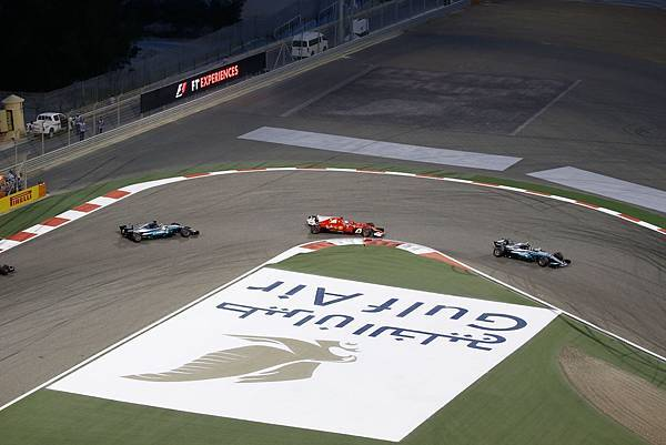 Mercedes-AMG Petronas Motorsport車隊的Lewis Hamilton與Scuderia Ferrari車隊的Sebastian Vettel於車手積分排行榜上拉鋸戰,為今年激烈賽況揭開序幕,也讓巴林站充滿話題