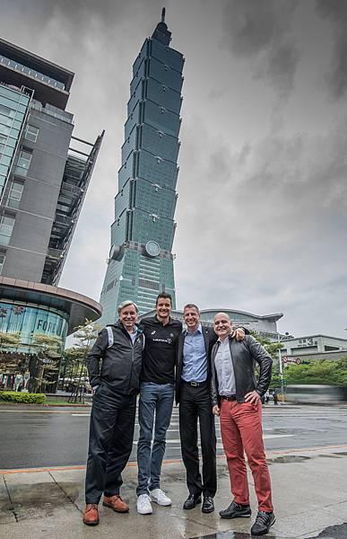 Jan Frodeno(左二)走訪台北街頭,體驗台灣風土民情,深刻感受在地體育文化