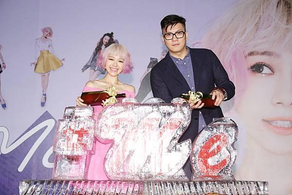 5.林明禎與種子音樂老闆吳鋒倒紅酒象徵唱片開紅盤
