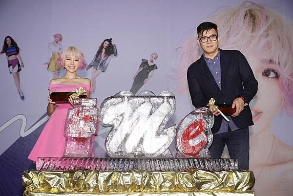 4.林明禎與種子音樂老闆吳鋒倒紅酒象徵唱片開紅盤