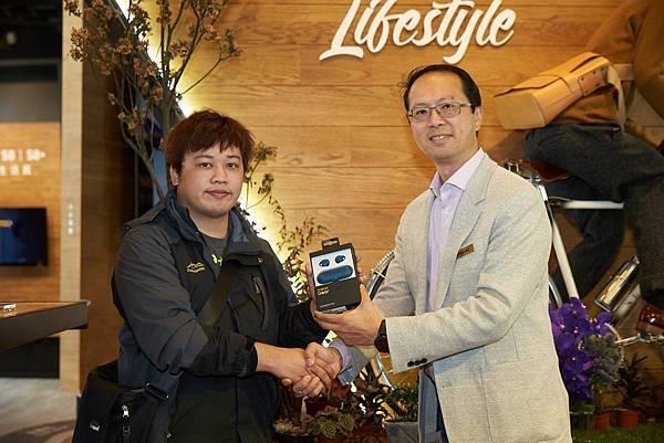 新聞照片1_台灣三星行動與資訊事業部資深協理李元榮加碼贈送頭香取貨民眾IconX無線藍牙耳機