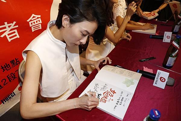 女子訓練營簽書實況(2)