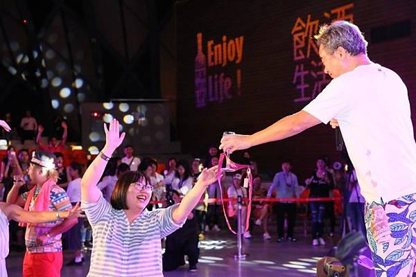 「喝酒請回位子上,跳舞請到舞台前!預備起!」歌迷自動歸位,現場雖嗨但不失溫馨氣氛。
