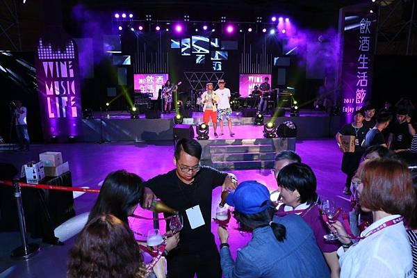 「拿酒來!」陳昇大喊,現場演唱「燒酒仙」嗨到最高點