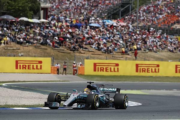 激烈的賽事伴隨著連環事故的發生,Lewis Hamilton再次證明其優異駕馭技術,克服艱困路況