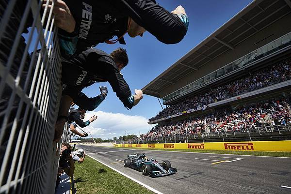 Lewis Hamilton雖然一開始被Sebastian Vettel超越,但最後藉由車隊的巧妙策略安排與自身的速度優勢,最終奪得冠軍