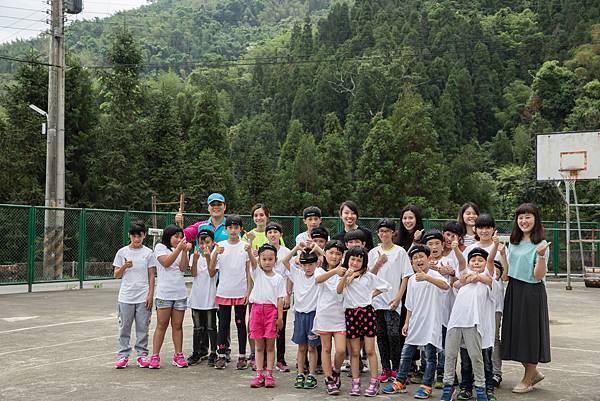 SUPERACE夥伴與全校師生在群山環繞的操場下一同合照留念。