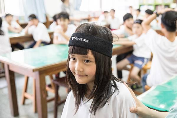 小朋友穿上嶄新的SUPERACE排汗運動服,準備要到操場上體育課。