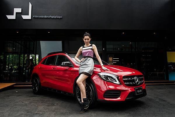 The new GLA 200搭載AMG 跑車化套件,銀色雙格柵式水箱護罩與鮮紅車身,在#MercedesBenzPopUpStoreTaipei前顯得格外搶眼。