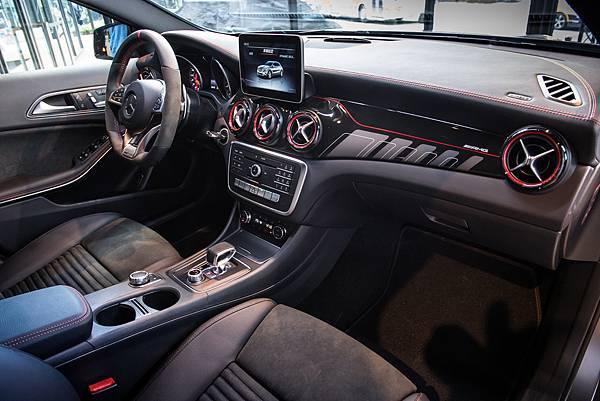 Mercedes-AMG GLA 45 4M內裝全面升級,AMG排檔桿、高性能方向盤、以及黑紅線條專屬飾板,為座艙內注入濃郁戰鬥風格