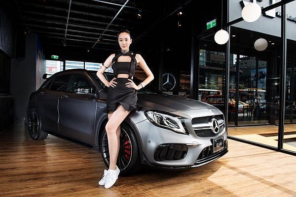 頂尖性能的Mercedes-AMG GLA 45 4M,配備地表最強直列四缸引擎與全新AMG專屬空力套件,具備0.33 Cd風阻係數及4.4秒0-100加速,卓越實力不容小覷